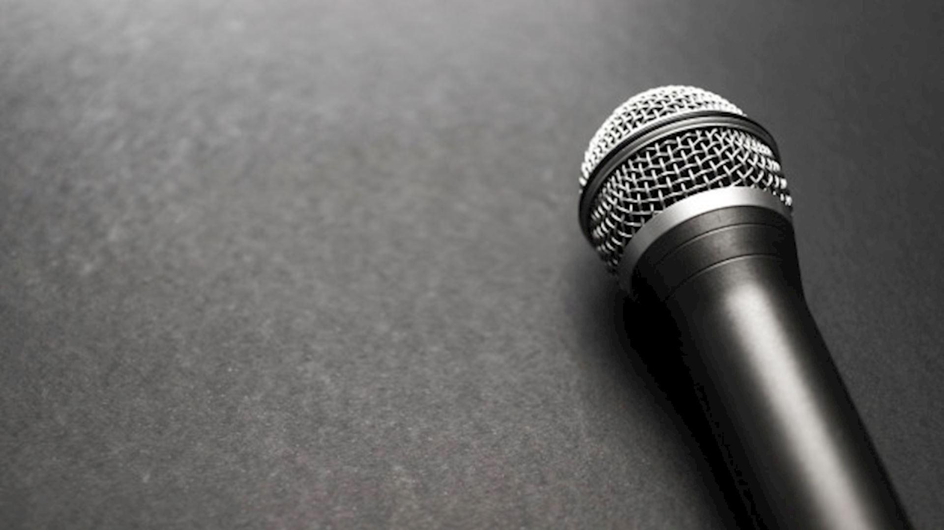 Микрофон на черном фоне картинки